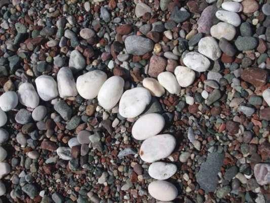 detail, 4ft diameter, found white pebbles